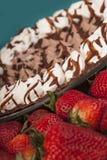 Plan rapproché d'un tarte de souris de chocolat avec des fraises Photo stock