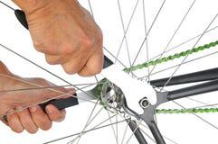Plan rapproché des mains d'un Remairman de bicyclette Photos stock