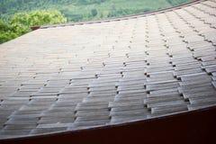 Plan rapproché d'un toit carrelé dans la lumière de début de la matinée photo stock