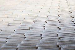 Plan rapproché d'un toit carrelé dans la lumière de début de la matinée image stock