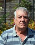 Plan rapproché d'un vieil homme semblant sérieux. Photos libres de droits