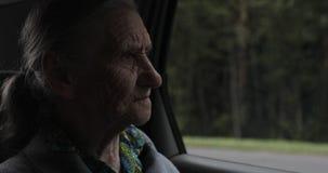 Plan rapproché d'un vieux visage avec des rides banque de vidéos