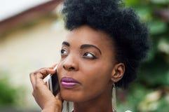 Plan rapproché d'un visage du ` s de jeune femme dans la communication photos libres de droits