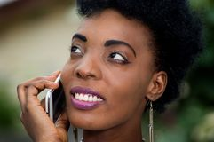 Plan rapproché d'un visage du ` s de jeune femme dans la communication images stock