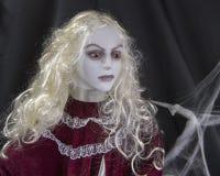 Plan rapproché d'une belle dame aux cheveux blonds de monstre Image libre de droits