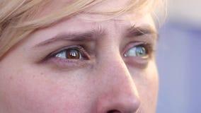 Plan rapproché d'une blonde avec les yeux hyperchromic banque de vidéos