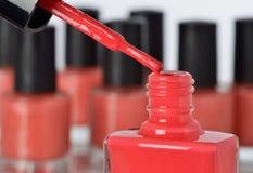 Plan rapproché d'une bouteille de vernis à ongles rouge Photographie stock libre de droits
