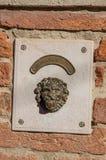 Plan rapproché d'une cloche en forme de lion en métal dans le coucher du soleil à Venise Image libre de droits