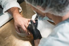 Plan rapproché d'une cuticle de Cutting Off The de manucure des doigts du ` s de personne photo stock