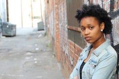 Plan rapproché d'une femme africaine triste et déprimée profondément dans la pensée dehors avec l'espace de copie photographie stock libre de droits
