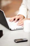 Plan rapproché d'une femme d'affaires occupée à l'aide de son ordinateur portatif photos libres de droits