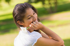 Plan rapproché d'une femme de sourire tenant des fleurs image libre de droits