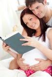 Plan rapproché d'une femme enceinte avec plaisir image libre de droits