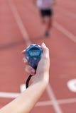 Plan rapproché d'une femme retenant un chronomètre Photographie stock libre de droits