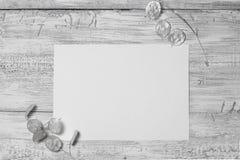 Plan rapproché d'une feuille en blanc et de papier et de feuilles peu communes sur le fond en bois superficiel par les agents Photographie stock libre de droits