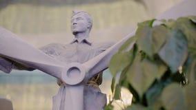 Plan rapproché d'une figure décorative d'un pilote avec une fan des avions dans des ses mains banque de vidéos