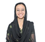 Plan rapproché d'une fille musulmane sur un fond blanc. Image libre de droits
