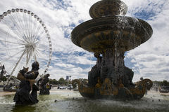 Plan rapproché d'une fontaine avec des sculptures des dieux et des ferris vides Photo stock