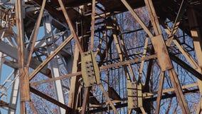 Plan rapproché d'une grande grue ferroviaire Metal la construction banque de vidéos