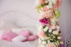 Plan rapproché d'une guirlande de fleur sur le fond des oreillers Images stock