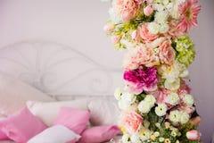 Plan rapproché d'une guirlande de fleur sur le fond des oreillers Image stock