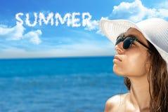 Plan rapproché d'une jeune femme avec la lumière du soleil de lunettes de soleil image libre de droits