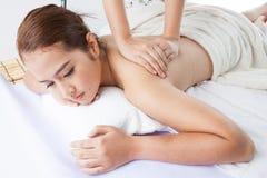 Plan rapproché d'une jeune femme recevant le massage arrière à la station thermale Images libres de droits