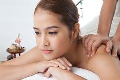 Plan rapproché d'une jeune femme recevant le massage arrière à la station thermale Image libre de droits