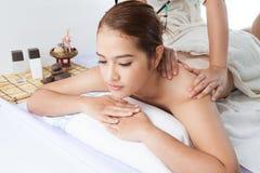 Plan rapproché d'une jeune femme recevant le massage arrière à la station thermale photographie stock