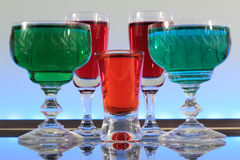Plan rapproché d'une ligne des cocktails colorés se reposant sur la barre avec l'éclairage mené à un club Photo stock