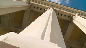 Plan rapproché d'une ligne des colonnes de style grec scène Vieille construction avec des fléaux banque de vidéos