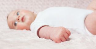 Plan rapproché d'une main de bébé nouveau-né Image libre de droits