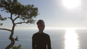 Plan rapproché d'une marche de jeune femme haute en montagnes au-dessus d'une mer Madame sur le sommet dans le beau paysage faisa banque de vidéos