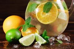 Plan rapproché d'une nouvelle préparation de boissons d'agrume Orange de chaux, en bon état et juteuse verte avec de la glace écr images stock