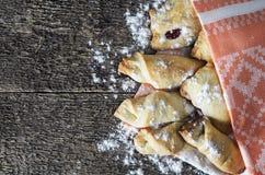 Plan rapproché d'une pâtisserie délicieuse bourrée des baies, sur la BO en bois Images libres de droits