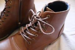 Plan rapproché d'une paire de bottes en cuir brunes photos libres de droits