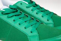 Plan rapproché d'une paire de nouvelles espadrilles vertes Images stock