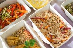 Plan rapproché d'une partie du plat sain de nutrition La livraison quotidienne fraîche de repas légume dans des boîtes de métier Image libre de droits