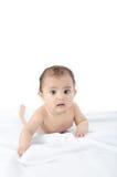 Plan rapproché d'une petite chéri mignonne se trouvant sur le bâti. Images libres de droits