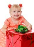 Plan rapproché d'une petite fille de sourire autour de grand cadeau images libres de droits