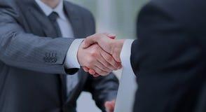 Plan rapproché d'une poignée de main d'affaires Gens d'affaires se serrant la main, finissant une réunion Photos stock
