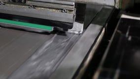 Plan rapproché d'une presse typographique mettant la peinture argentée sur la toile banque de vidéos