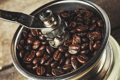Plan rapproché d'une rectifieuse de café démodée Photo libre de droits