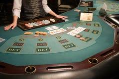 Plan rapproché d'une table de tisonnier au casino photo stock