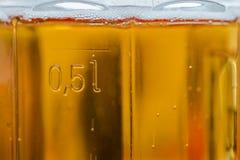 Plan rapproché d'une tasse complètement de bière Images stock