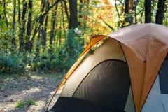 Plan rapproché d'une tente en bois avec du Th brillant de lumière de début de la matinée image stock