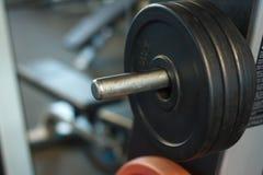 Plan rapproché d'une tige avec des poids à un gymnase, à un arrière-plan ou à un concept d'haltérophilie et de sports photos libres de droits