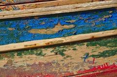 Plan rapproché d'une vieille coque en bois colorée de bateau Photos stock