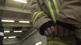 Plan rapproché d'Uniform de sapeur-pompier clips vidéos