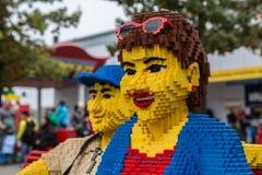 Plan rapproché dans la femme de Lego avec des sunglases en été Photo stock
